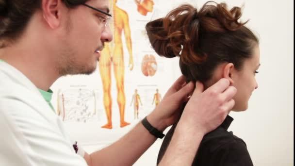 Physiotherapeut untersucht Patientin