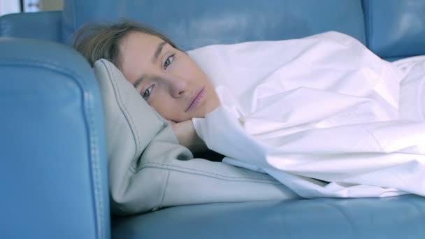 krásy dívka spí na pohovce