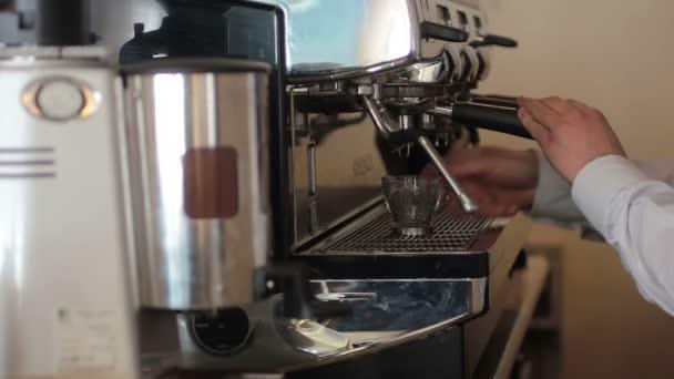 a bárban kávé elkészítése