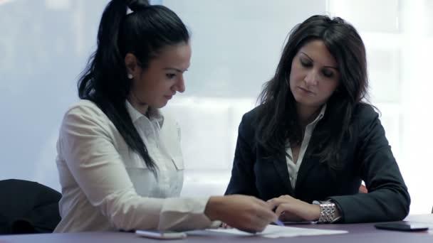 dvě ženy v úřadu