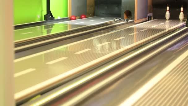 pohled na bowlingové koule zasáhla pin