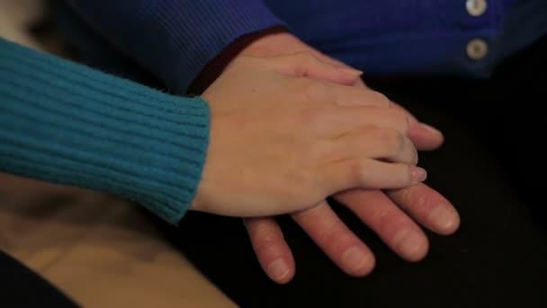 mladý ruku pohodlí a starší ruka