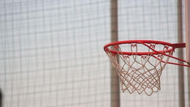 Basketball geht durchs Netz