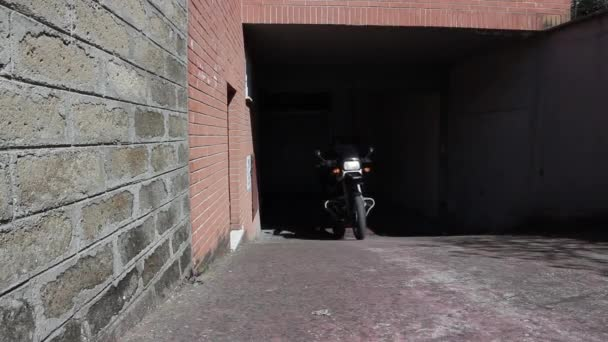 Motorkář na motorce zastavil