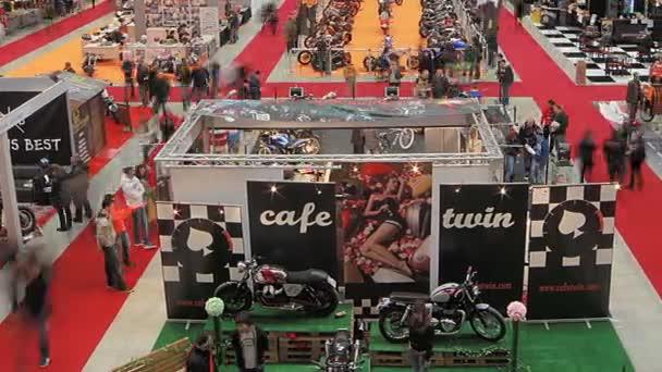 stojí během výstavy motocykl