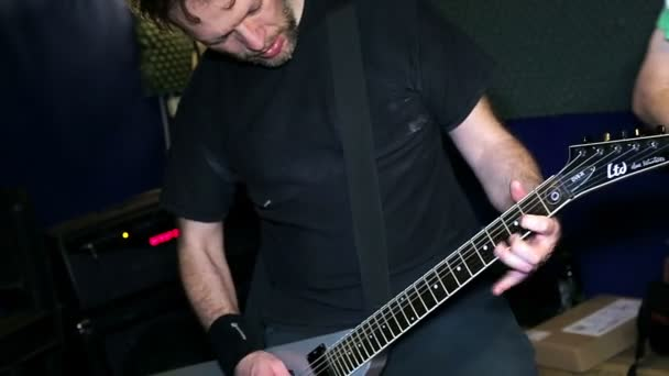 Kytarista hraje, zblízka