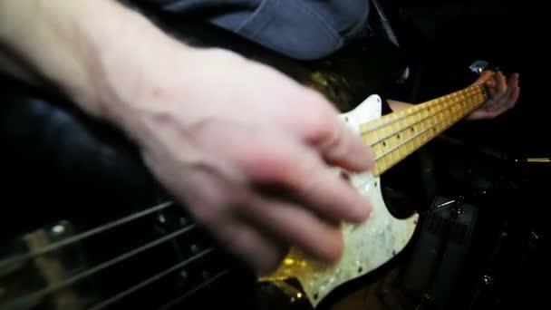 zenész játszik elektromos basszusgitár
