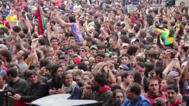 a hangsúly a koncert: zene, a tömeg egy őrjöngés, szórakozás