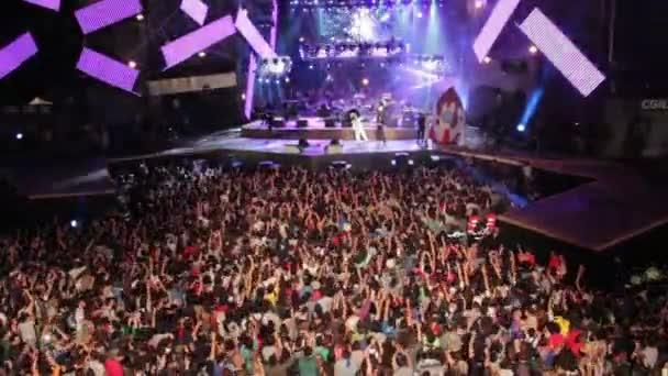 riesige Menschenmenge tanzen bei einem Konzert-1 Maggio Konzert Rom Italien, Mai, 2015