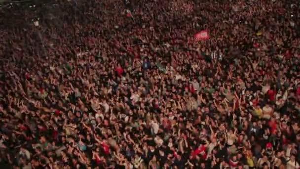 Přehled o davu tančí na koncertě