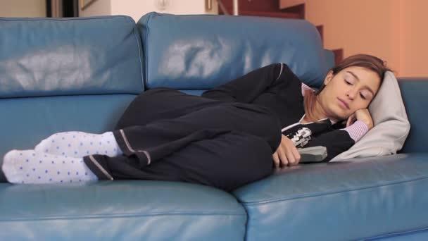 schöne einsame frau auf couch sitzen und fernsehen