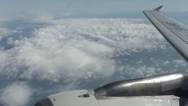 křídlo letadla létající