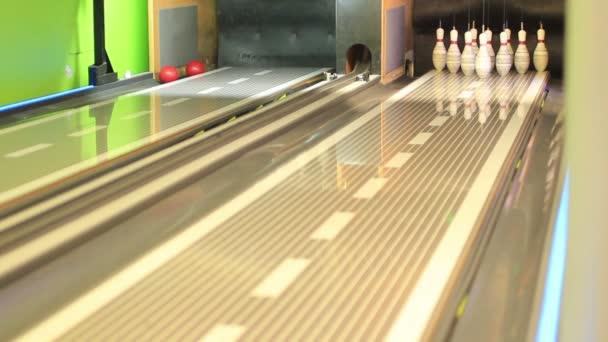 pohled na bowlingové koule zasáhla kolíky