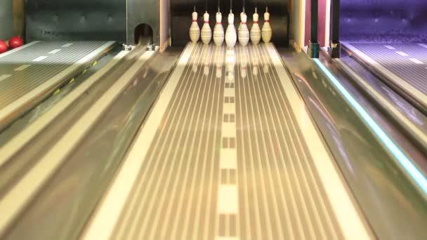 Válcování bowlingové koule zarážející kolíky