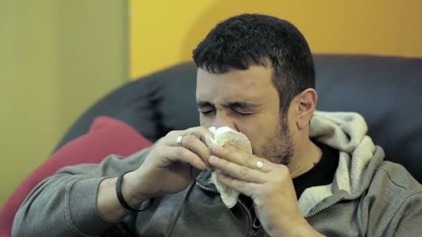 nemocný kýchá na pohovce: studené, kapesník, nemoc. utírat nos