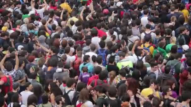 zblízka na živý koncert: hudba, dav do varu, zábava