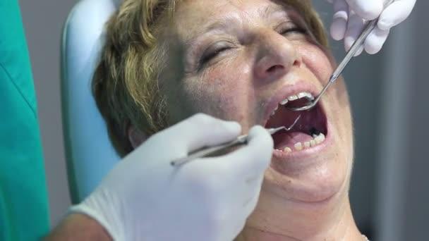 Zahnarzt - Nahaufnahme des offenen Mundes des Patienten während der Munduntersuchung