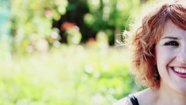 krásná mladá žena s úsměvem