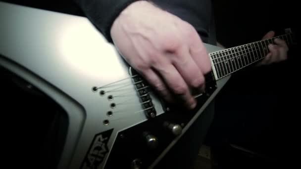rocker s elektrickou kytaru