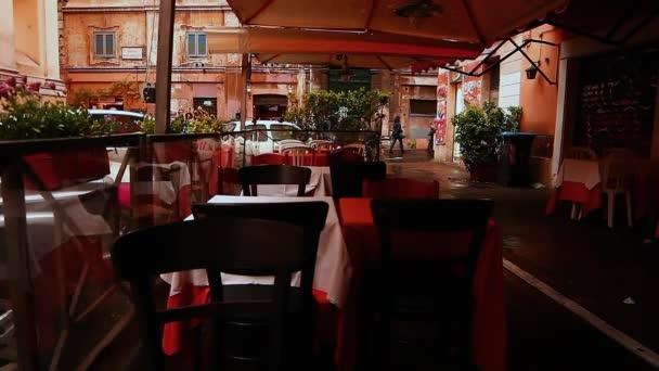 Typická ulice v Římě, Itálie. Barevné budovy - Trastevere