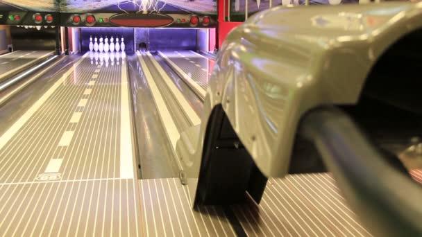 bowling úder - míček zasáhne kolíky v aleji