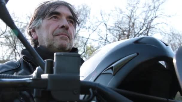 Motociclista premurosa che si siede su una moto