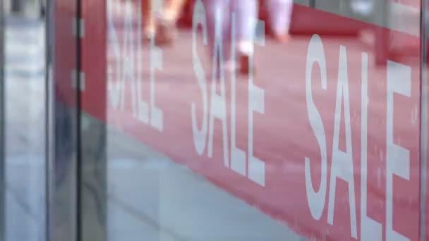 Piros eladó jele a zsúfolt bevásárlóközpontban - timelapse