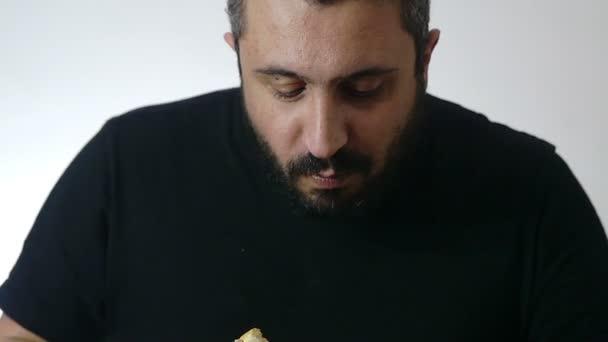 mladý muž jíst hamburger