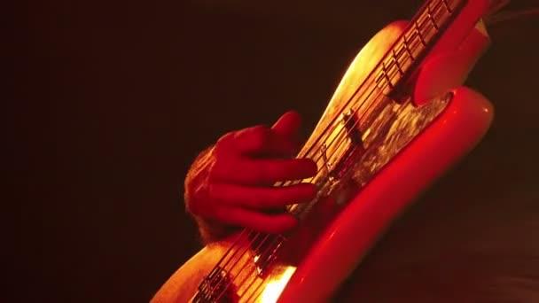 kytarista hraje rocková hudba na koncertě