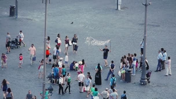 persone nella piazza si diverte con bolle di sapone giganti