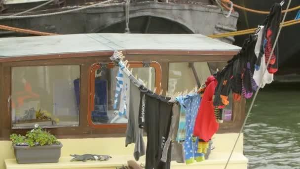 Barevné oblečení, aby uschla na prací linky na lodi