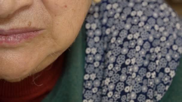 Ritratto di anziana di metà del viso: closeup metraggio su Vecchia rugosa