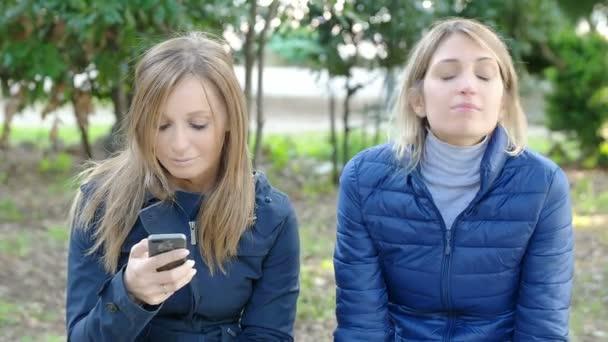 dívky šeptající něco šokující a vtipné do ucha svého přítele