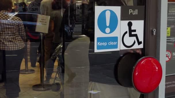 lidé se otevře a procházející přístupová dvířka restaurace
