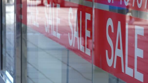 prodej reklamy na obchod: právě nainstalovali reklamní samolepka prodej