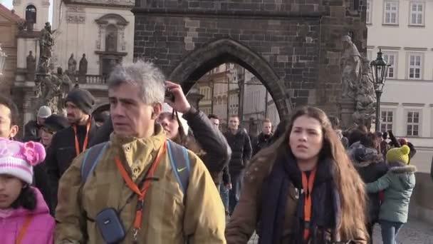 dav lidí, kteří jdou v Praze: zimní čas cestovní ruch v Praze