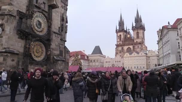 lidé v centru Prahy v době Vánoc