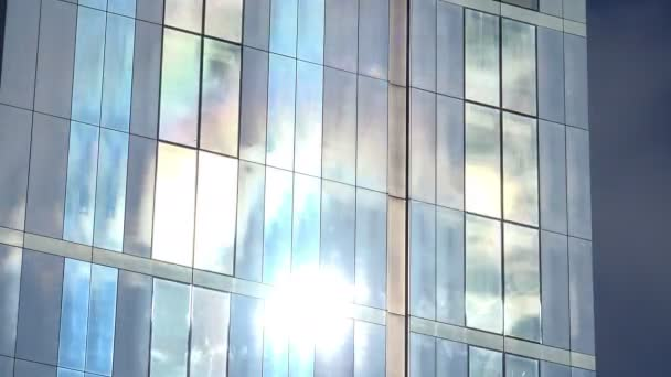 mraky táhnou nad okna budovy