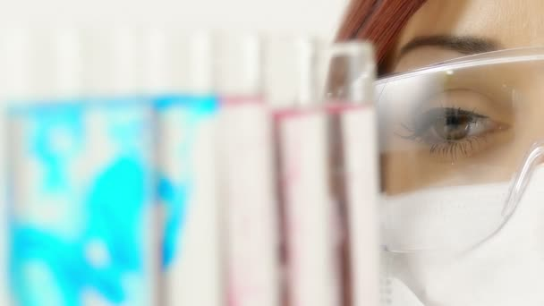 Detailní portrét mladé ženské výzkumník při práci v laboratoři