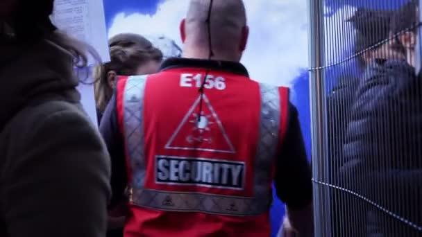 Bezpečnostní strážci zkontrolovat publikum před vstupem do show