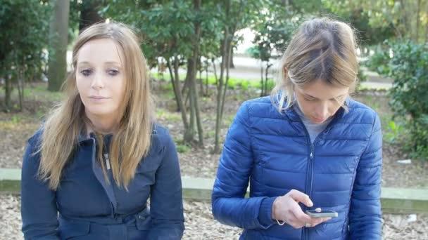 sdílení drby novinky mezi dvě kamarádky