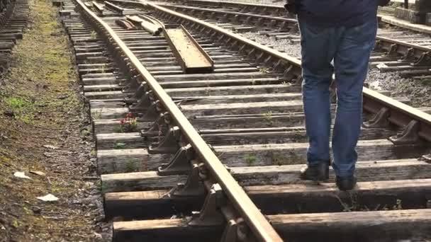 magányos ember el odamegy a vasúti pálya