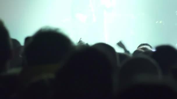 a koncerten tömeg: színpadon, énekes, zenész, gitáros, emberek, silhouette