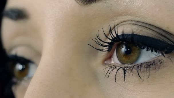 junge Frau öffnet Augen: Nahaufnahme Porträt auf Augen