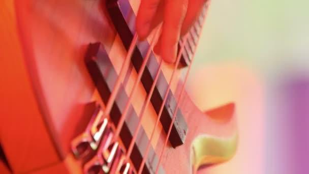 hudebník hraje basová kytara