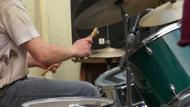 Dobos játszik dob egy élő koncert