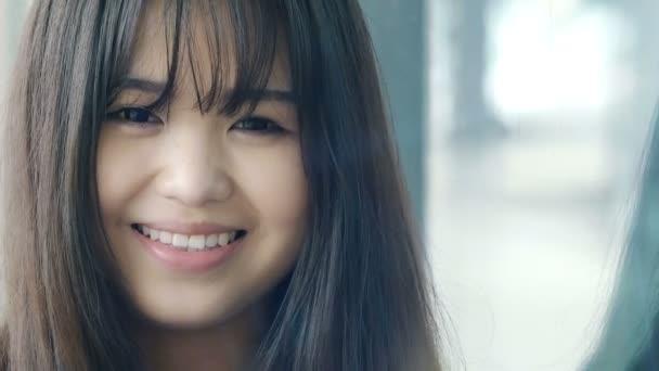 mladá usměvavá Číňanka