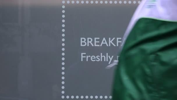snídaně, čerstvě vyrobené: reklama na výloze