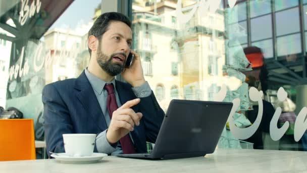podnikatel pracující s notebookem
