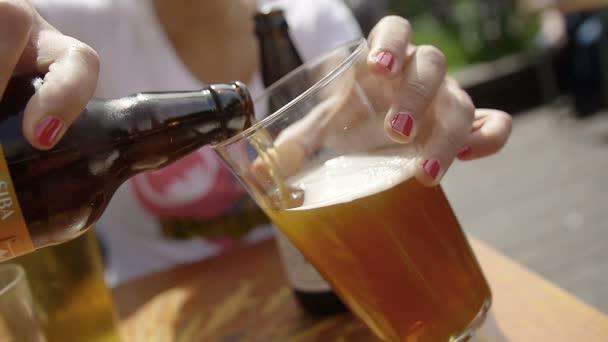 Töltse ki egy üveg sört a palackból
